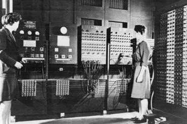 Ο πρώτος ηλεκτρονικός υπολογιστής, που ονομάζεται ENIAC και κατασκευάστηκε από την IBM