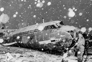 1958 Επτά ποδοσφαιριστές της Μάντσεστερ Γιουνάιτεντ σκοτώνονται σε αεροπορικό δυστύχημα στο Μόναχο.