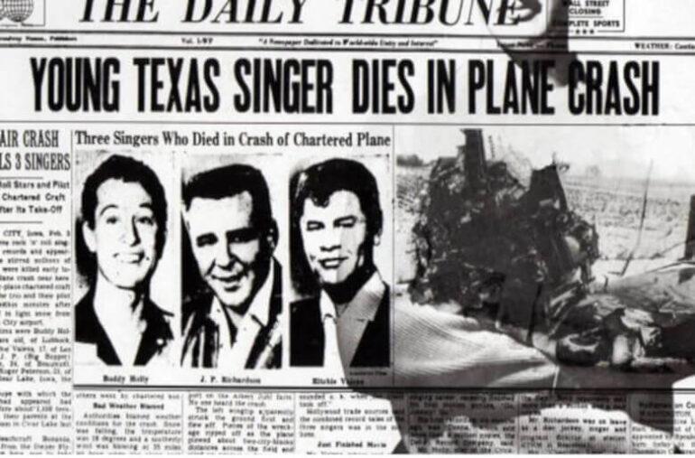 O Μπάντι Χόλι, ο Ρίτσι Βάλενς και ο Τζάιλς «Μπιγκ Μπόπερ» Ρίτσαρντσον, σκοτώνονται σε αεροπορικό δυστύχημα («Η μέρα που πέθανε η μουσική»).